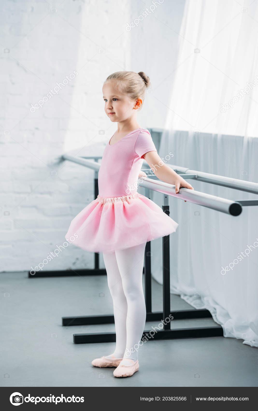 f3da2619737 Μερική Άποψη Του Παιδί Στο Ροζ Τουτού Εξάσκηση Μπαλέτο Και — Φωτογραφία  Αρχείου