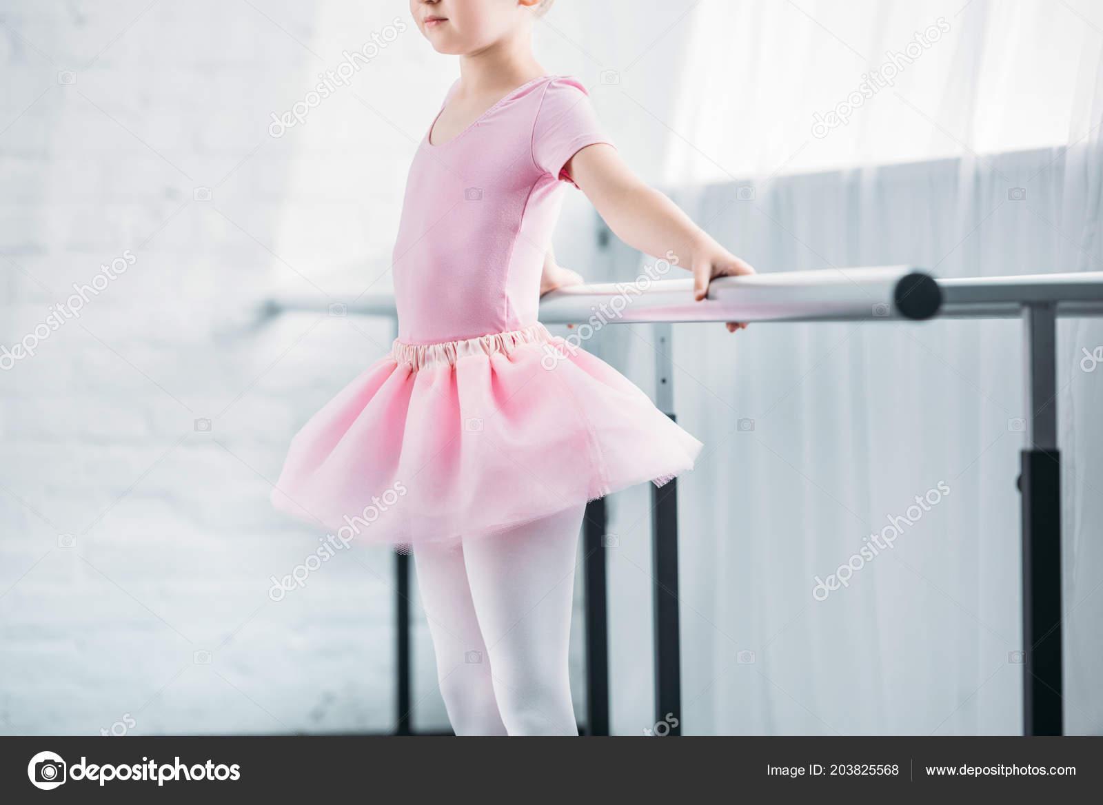 cf27c5a368a Περικοπεί Shot Παιδί Ροζ Τουτού Εξάσκηση Μπαλέτου Στο Studio — Φωτογραφία  Αρχείου