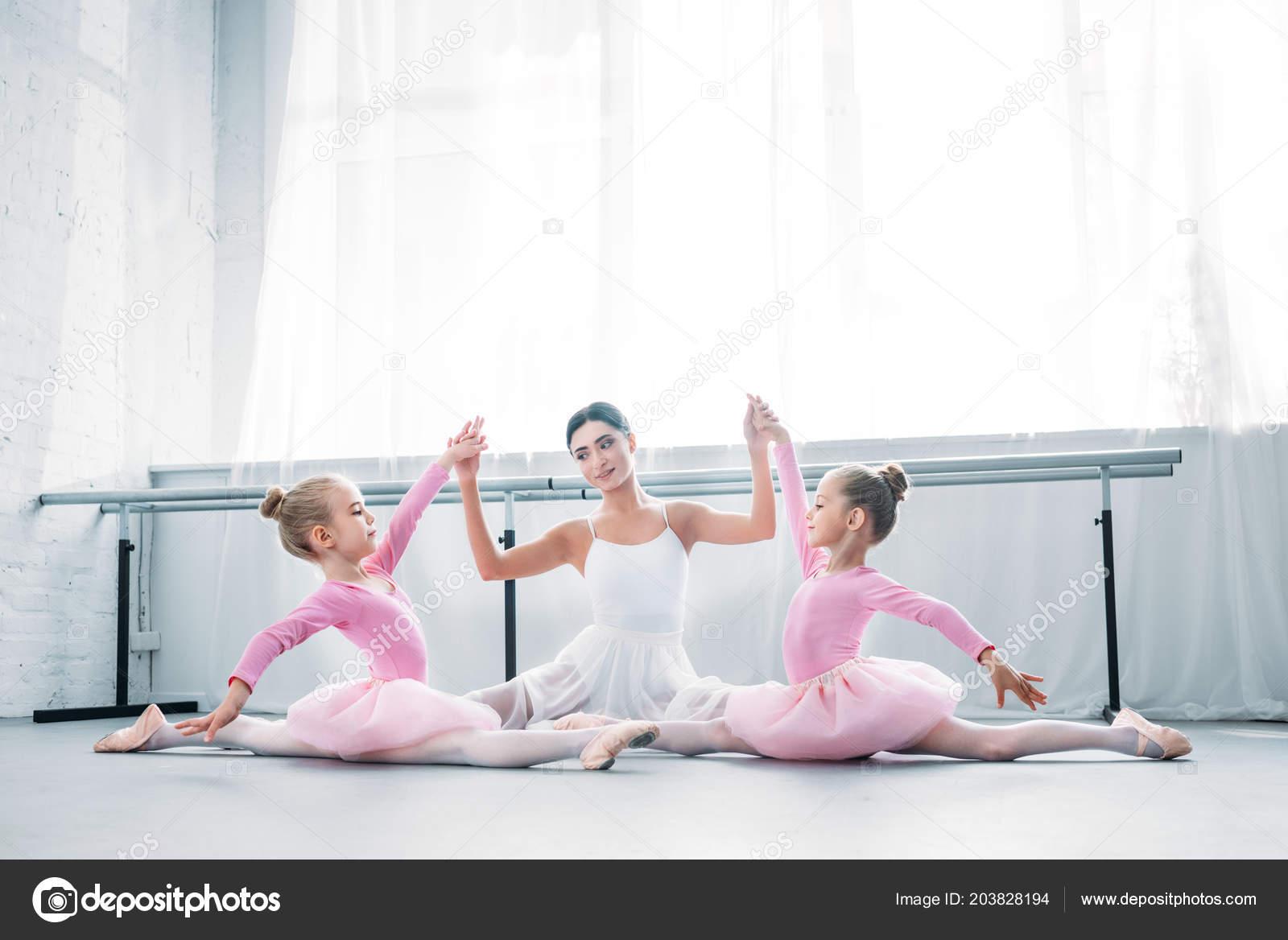 7060dddfcc0 Δάσκαλό της στο μπαλέτο μικρά με τα παιδιά το Τουτού φούστες συνεδρίαση και  κρατώντας τα χέρια ενώ ασκείστε στη Σχολή Μπαλέτου — Εικόνα από ...