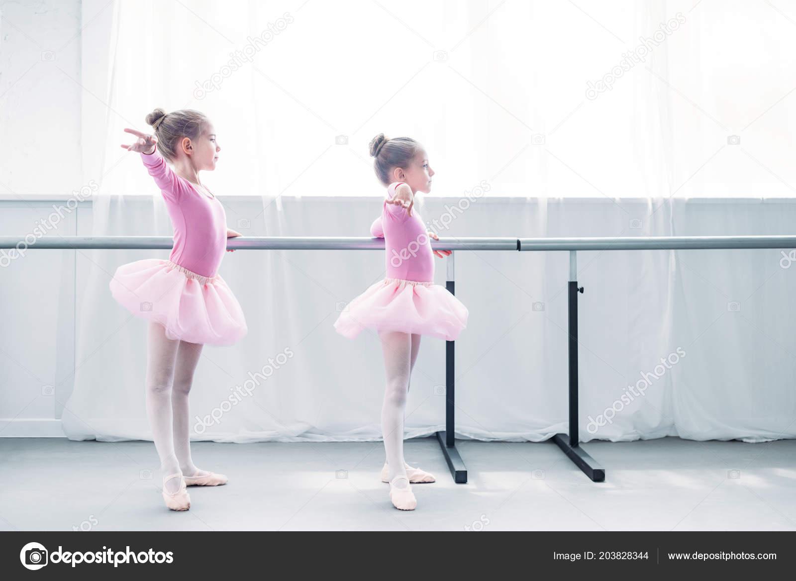 6ad20eb4275 Μερική Άποψη Του Όμορφα Παιδάκια Ροζ Τουτού Φούστες Εξάσκηση Μπαλέτου — Φωτογραφία  Αρχείου