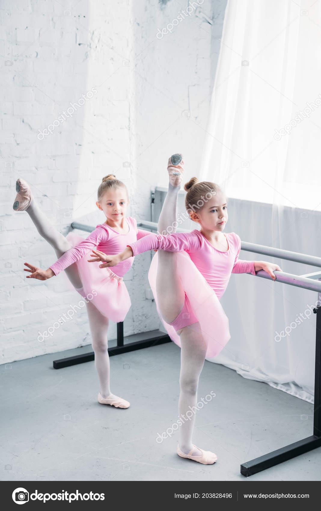 bb91a6e58e1 Χαριτωμένα παιδάκια στα ροζ Τουτού φούστες τέντωμα και χορού στη Σχολή  Μπαλέτου — Εικόνα από ...