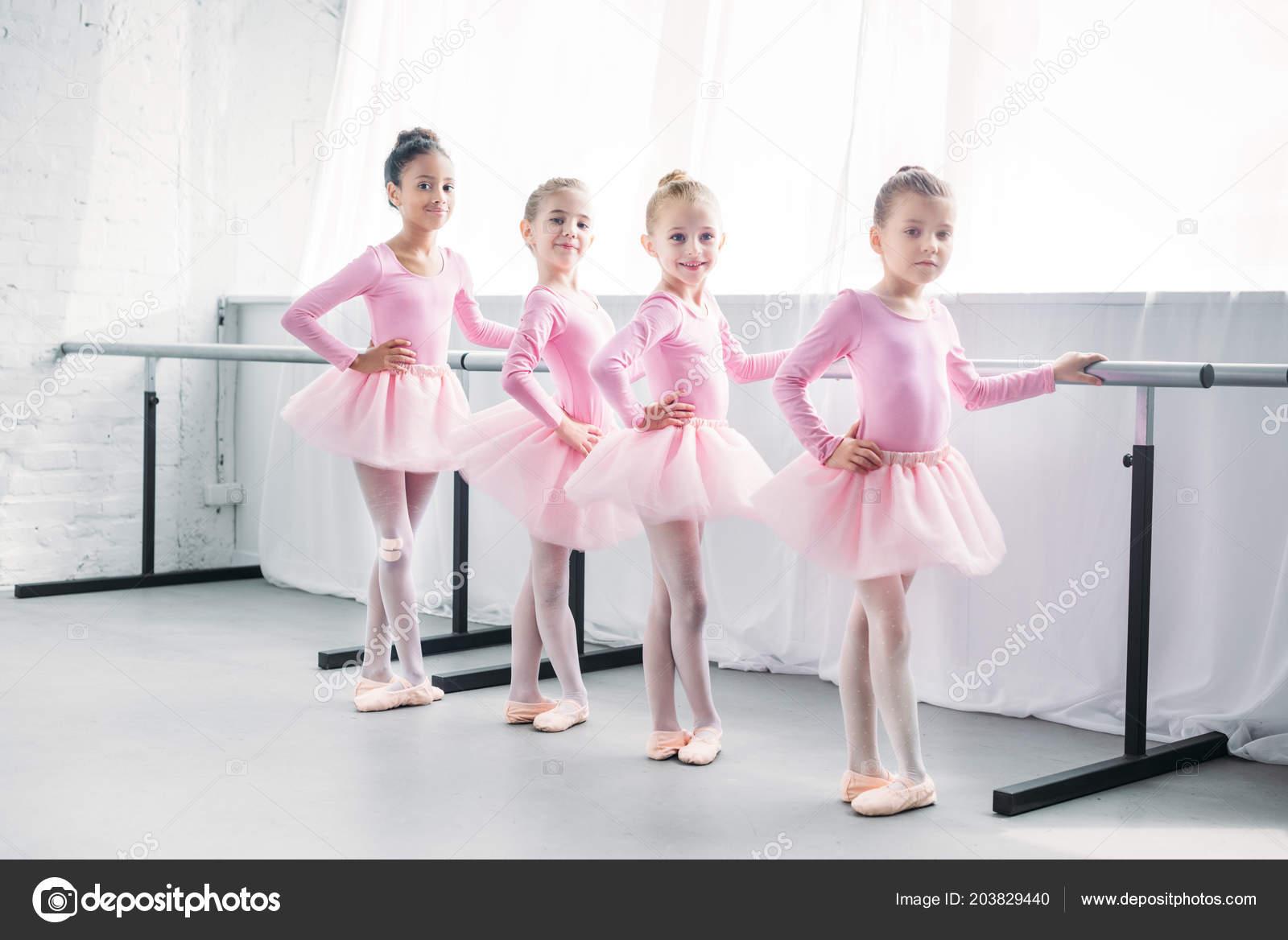bd66e49de3c Χαριτωμένα Παιδιά Πολυεθνική Ποδηλάτισσες Ροζ Τουτού Άσκηση Και  Χαμογελαστός Στην — Φωτογραφία Αρχείου