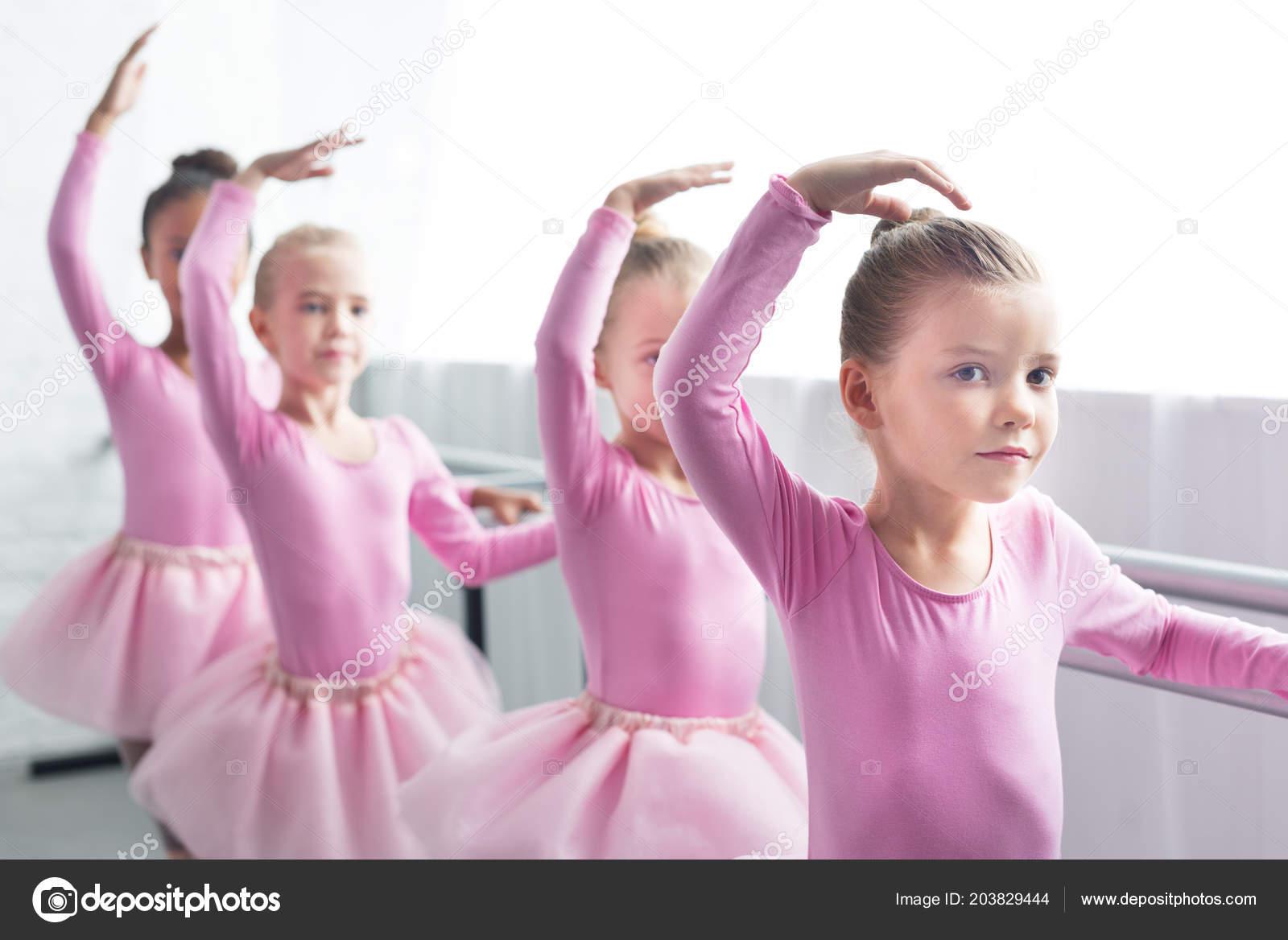 bf1a3e7d7ab Όμορφα Παιδιά Ροζ Τουτού Φούστες Χορού Στη Σχολή Μπαλέτου — Φωτογραφία  Αρχείου