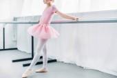 oříznutí záběru roztomilá malá baletka růžové sukénce cvičit baletní Studio