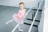 Fotografie vysoký úhel pohled roztomilé dítě cvičit baletní Studio