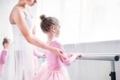 Oříznout záběr učitelka baletu, cvičení s dětmi v baletní škole