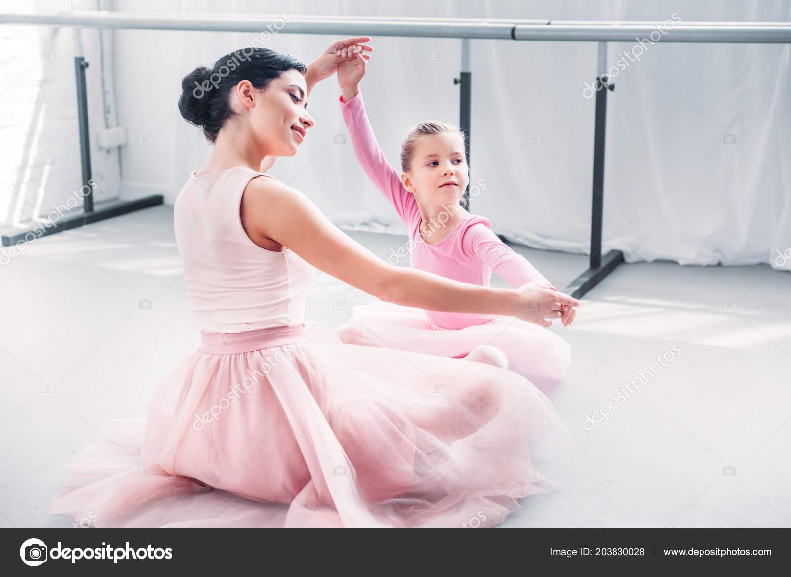 dff5cad1f61 Χαμογελαστός Νεαρός Μπαλέτο Δάσκαλος Και Μικρό Μαθητή Ροζ Τουτού Φούστες — Φωτογραφία  Αρχείου