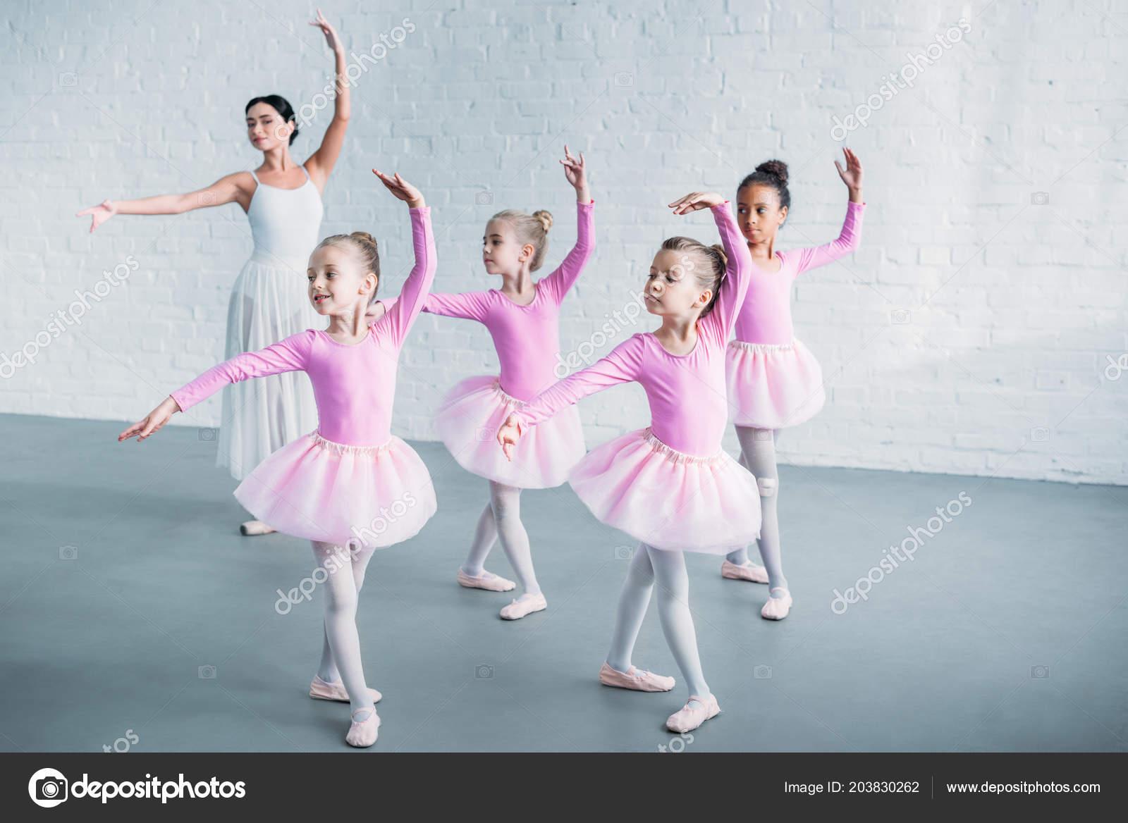 86c1e6c6aab Αξιολάτρευτα Πιτσιρίκια Ροζ Τουτού Φούστες Μπαλέτου Ενεργεία Νεαρή Δασκάλα  Στη — Φωτογραφία Αρχείου