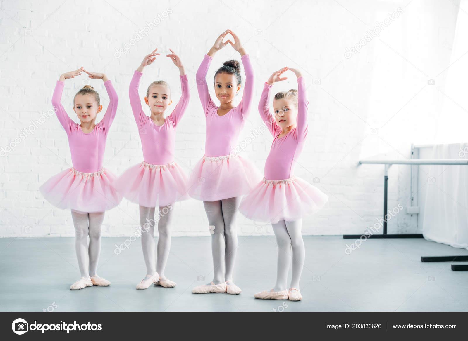 a3c62d0c87b Όμορφα Πολυεθνική Παιδιά Ροζ Τουτού Φούστες Μπαλέτου Ενεργεία Μαζί — Φωτογραφία  Αρχείου