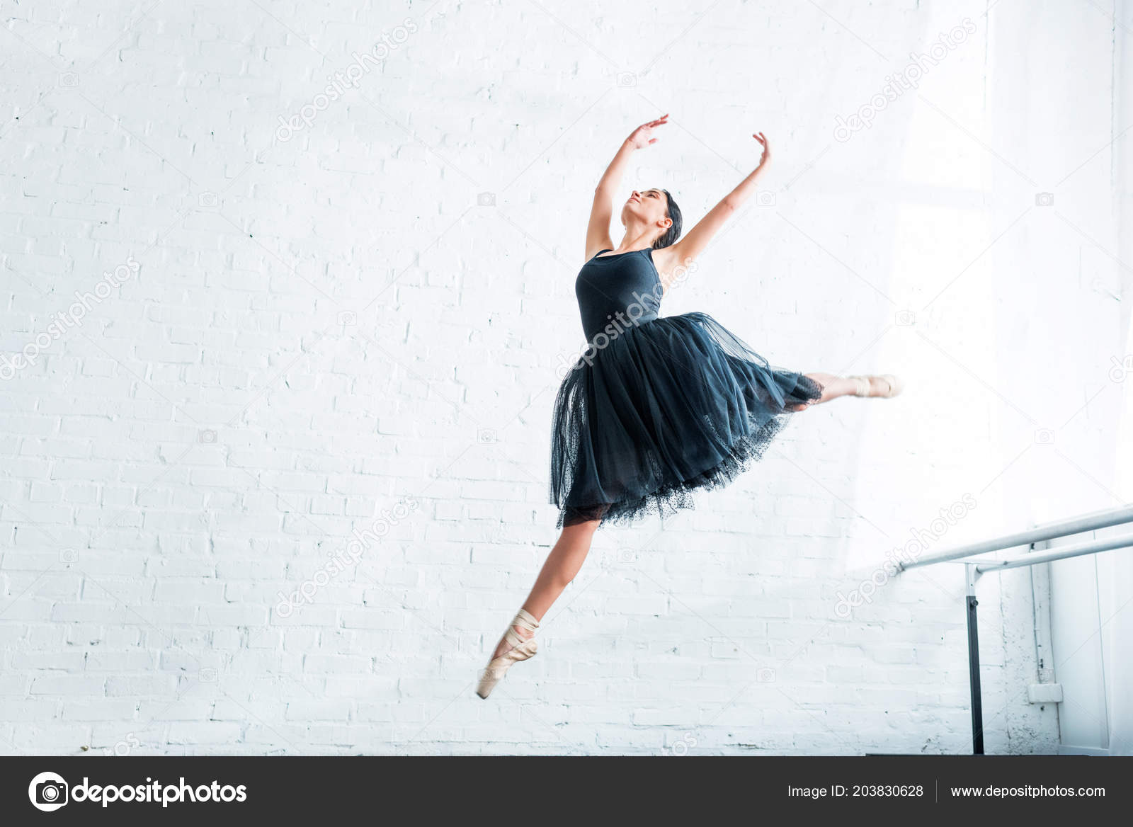 76acbd9febfd Låg Vinkel Syn Vackra Unga Ballerina Dans Balett Studio — Stockfoto