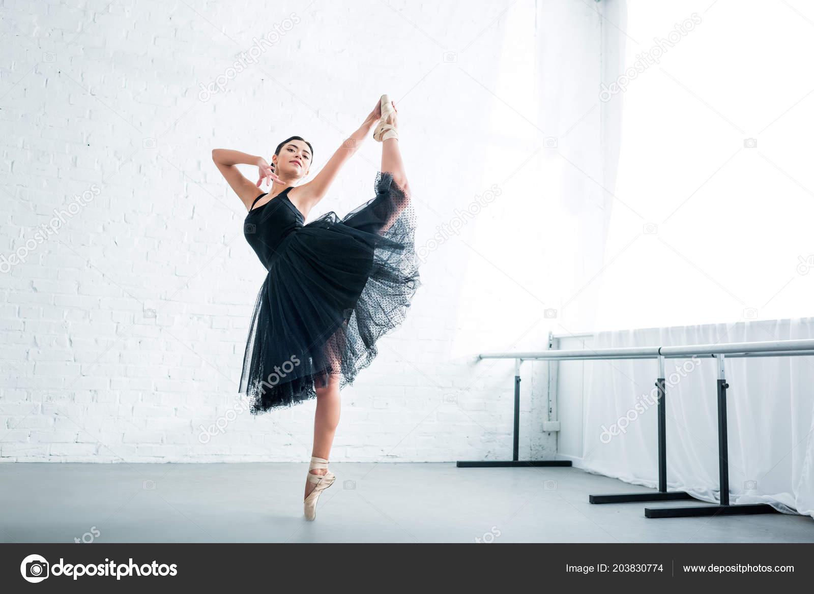 f4134680d7 Vista Longitud Completa Hermoso Elegante Bailarina Joven Practicando Ballet  Estudio — Foto de Stock