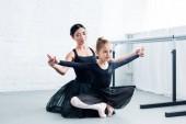 Fotografia young ballet teacher training cute flexible child in ballet school
