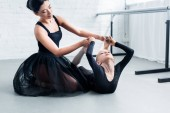 Fotografie young ballet teacher training adorable flexible child in ballet school
