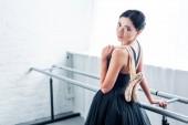 schöne junge Ballerina mit Spitzenschuhen und Blick in die Kamera