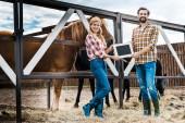 mosolygó pár rendelkező tábla stabil gazdálkodók