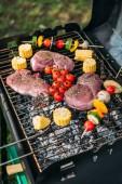 zár megjelöl kilátás a hús és a zöldségek főzés a grill cukkini