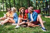 Interracial meg sör és pihenő parkban nyári táblázat