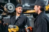 Fotografie automechanici, práci s auta a nářadí v dílně