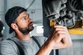 Fotografie profesionální auto mechanik opravy auto v opravně