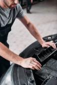 vágott autószerelő autó javítása érdekében