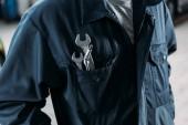 oříznutý pohled dělník v kombinéze s klíče v kapse