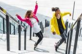 Fényképek magas, szög, kilátás a fiatal többnemzetiségű pár lépcsőn városi utcai tánc