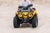 Fotografie oříznutý snímek aktivního mladého páru na koni all - terénní vozidlo v poušti