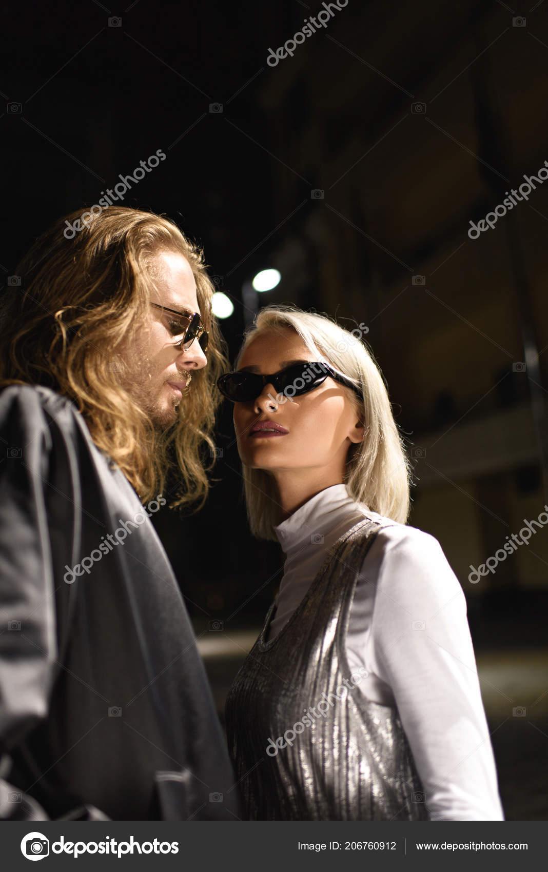 904004a642 Pareja Joven Moda Gafas Sol Coqueteando Calle Por Noche — Foto de Stock