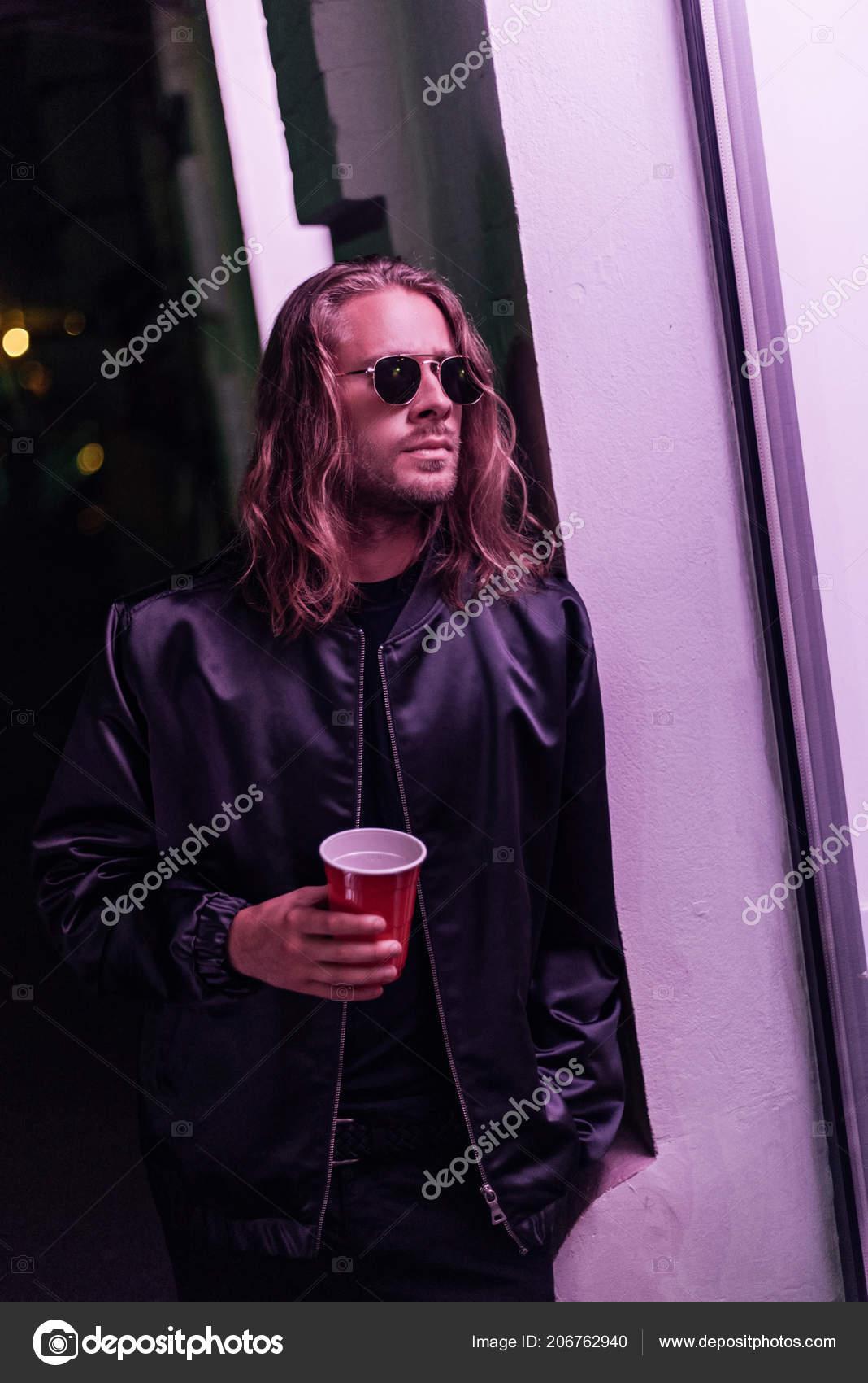 96be585de Hombre Joven Guapo Con Vaso Plástico Rojo Beber Calle Por — Fotos de ...