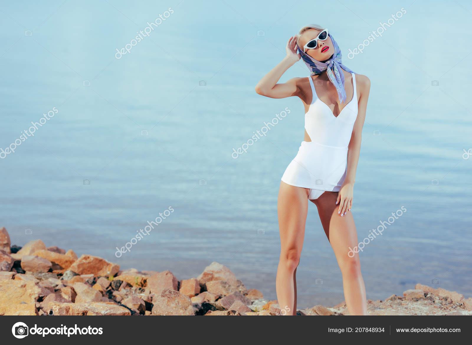 162dbba46c Ελκυστική Κομψό Κορίτσι Που Θέτουν Λευκό Vintage Μαγιό Γυαλιά Ηλίου– εικόνα  αρχείου
