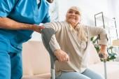 Oříznout záběr sociální pracovnice pomáhají starší žena s berlemi