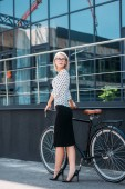 fiatal üzletasszony elegáns ruha, retro kerékpár álló utcában