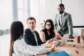 messa a fuoco selettiva multiculturale della gente di affari che ha riunione daffari in ufficio