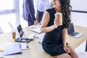 částečný pohled africká americká podnikatelka s kávou jít a za kolegy v kanceláři
