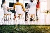 szelektív összpontosít a pohár víz és többnemzetiségű üzletemberek asztalnál hivatalban