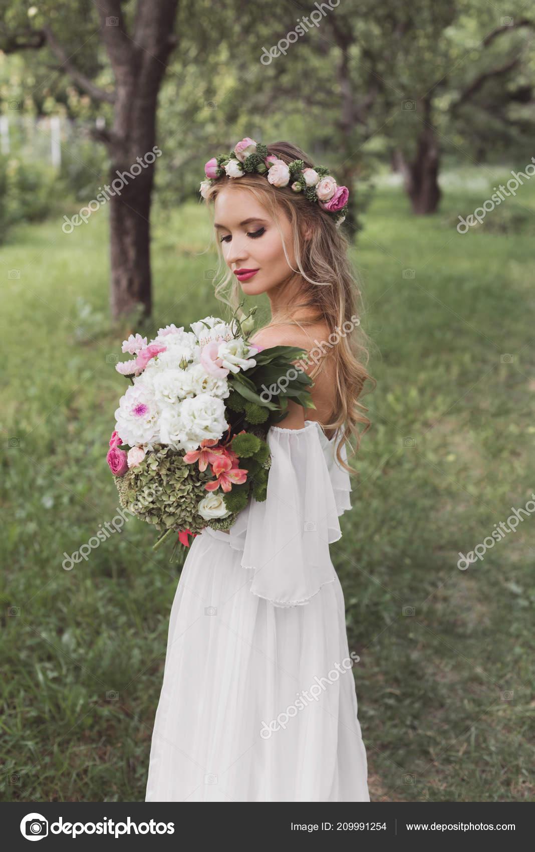 Zarte Junge Braut Blumenkranz Und Hochzeitskleid Blumenstrauss Freien