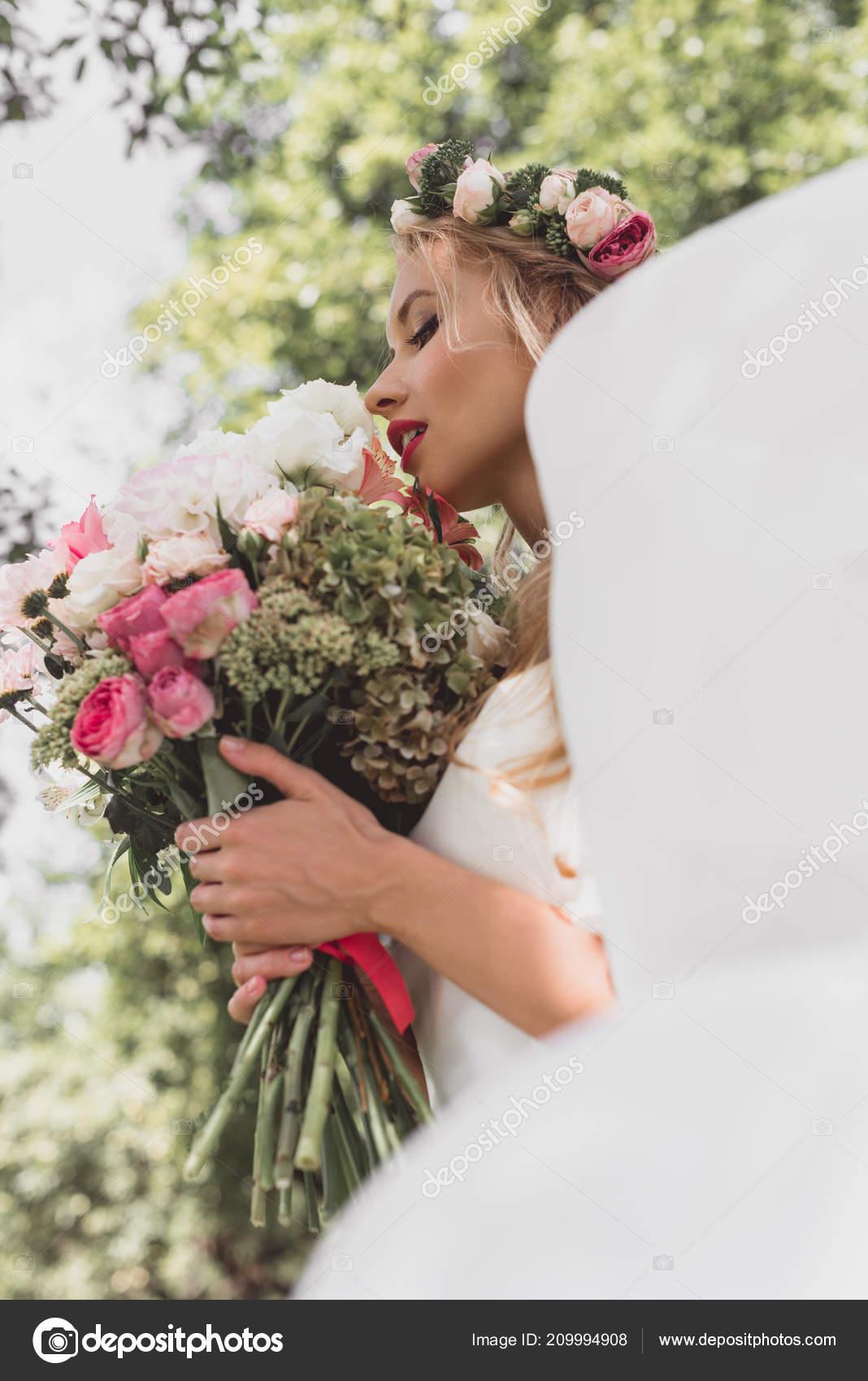 Niedrigen Winkel Blick Auf Zarte Junge Braut Blumenkranz Und