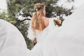 fiatal szőke menyasszony menyasszonyi csokor virágot szabadban gazdaság hátulnézete
