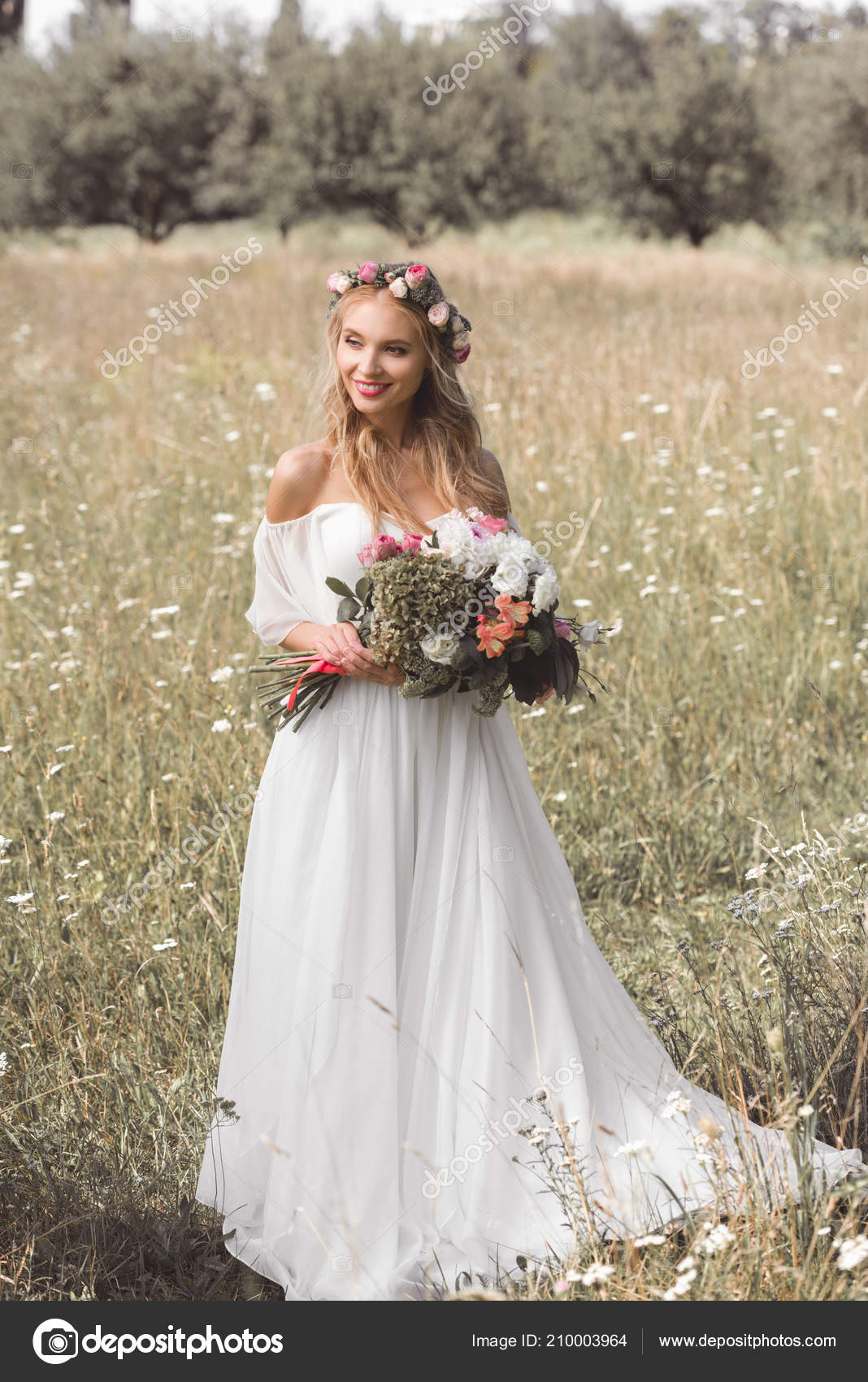 Vue Angle Eleve Belle Souriante Jeune Mariee Couronne Florale Robe