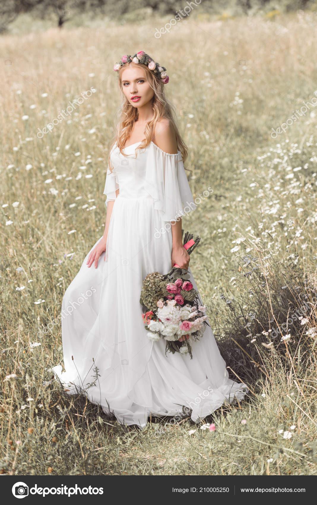 Belle Jeune Mariee Robe Mariee Couronne Florale Tenant Bouquet