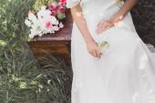 Fotografia ritagliata colpo della sposa che tiene il bicchiere di vino e seduto sul petto dellannata