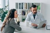 beteg és látszó-on laptop klinikán háziorvos