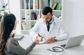 beteg személyi igazolvány adva a háziorvos, hogy töltse ki a biztosítási kárigény űrlapot klinikán