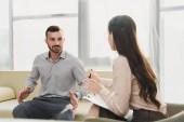 mužských pacientů a profesionální psycholog s schránky office