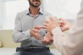 Fotografie oříznutý pohled psychologa dát šálek čaje pro muže v úřadu