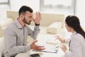 frustrovaný klient při pohledu na lékaře počítání finance na kalkulačce, koncept životního pojištění