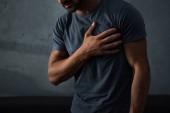 Fényképek levágott nézet az ember mellkasi fájdalom és a szívroham