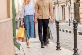 részleges kilátás nyílik elegáns pár városi utca sétáló bevásárló táskák