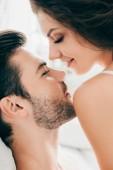 vergrößerte Ansicht des sinnlichen jungen Brautpaar in der Lage, im Vorspiel küssen