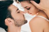 Nahaufnahme der verführerische junge Paar in der Lage, im Vorspiel küssen